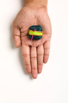 Diwali handgemachte bombe in der hand,