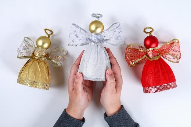 Diy. anleitung auf dem foto, wie man aus einer flasche einen dekorativen engel macht. handgefertigt draufsicht st