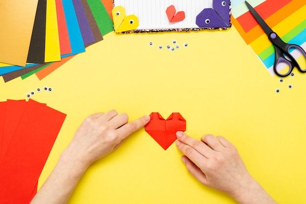 Diy anleitung. schritt für schritt anleitung. der prozess, ein lesezeichen für ein buch in form eines herzens zum valentinstag zu erstellen.