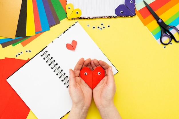 Diy anleitung. schritt für schritt anleitung. der prozess, ein lesezeichen für ein buch in form eines herzens zum valentinstag zu erstellen. Premium Fotos