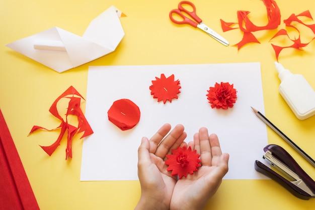 Diy anleitung. wie man eine karte mit nelkenblumen und origami-taube macht