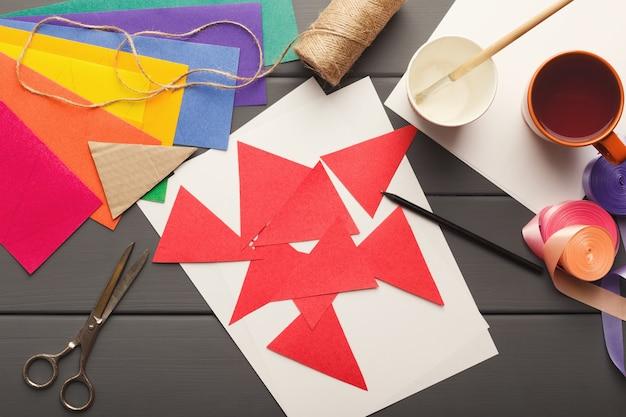 Diy bastelpapier dekoration auf holztisch