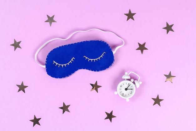 Diy blaue filz-schlafmaske mit weißem faden bestickt