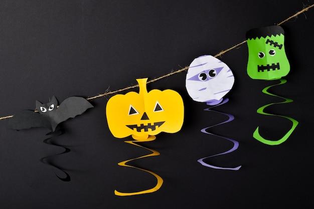 Diy eine girlande für halloween. farbiger papierkürbis, zombie, frankenstein, fledermaus.
