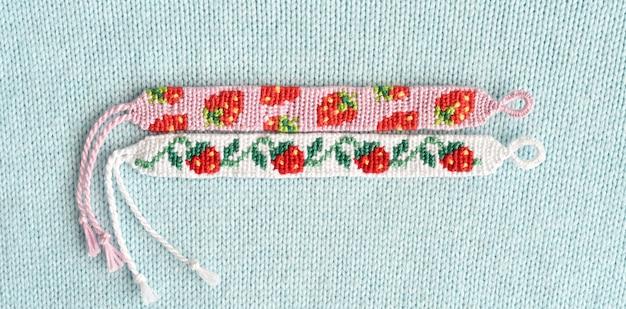 Diy freundschaftsbänder mit alpha-muster erdbeere