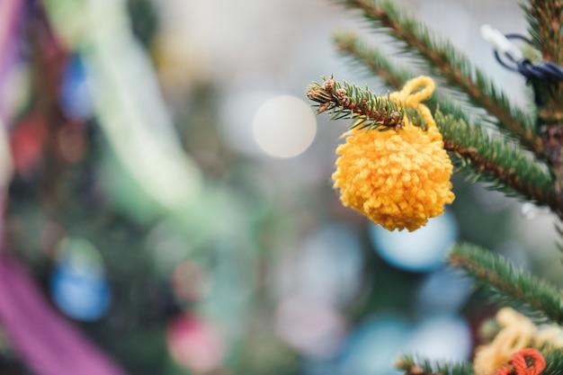 Diy garn dekoration am weihnachtsbaum