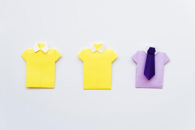 Diy gelbes und purpurrotes hemdpapier auf weißem hintergrund