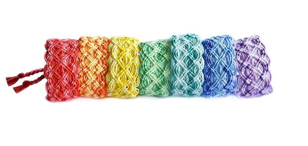Diy gewebte freundschaftsarmbänder mit regenbogenfarben