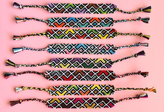 Diy gewebte freundschaftsbänder mit abstraktem geometrischem muster