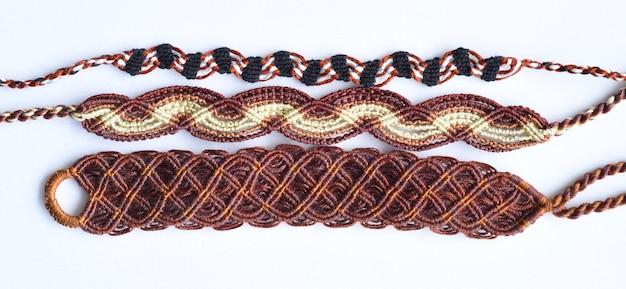 Diy gewebte freundschaftsbänder mit verschiedenen flechten