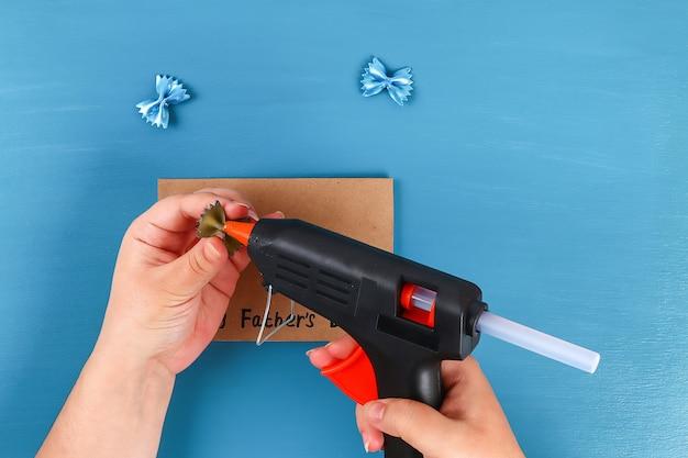Diy-grußkarten-vatertagsteigwarenform-fliegenblauhintergrund. geschenkidee, dekor vatertag, papa.