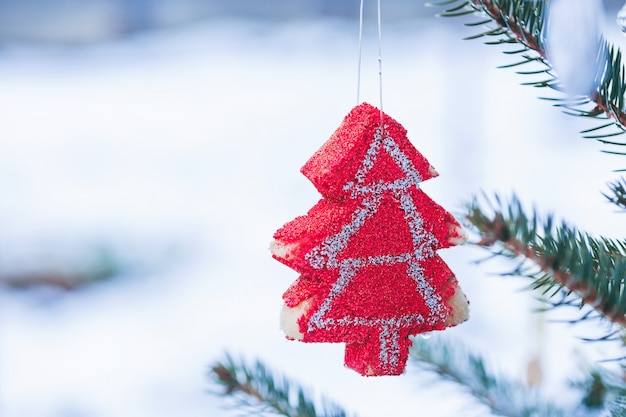 Diy handgemachte dekoration am weihnachtsbaum