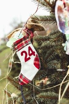 Diy handgemachte dekoration auf einem weihnachtsbaum