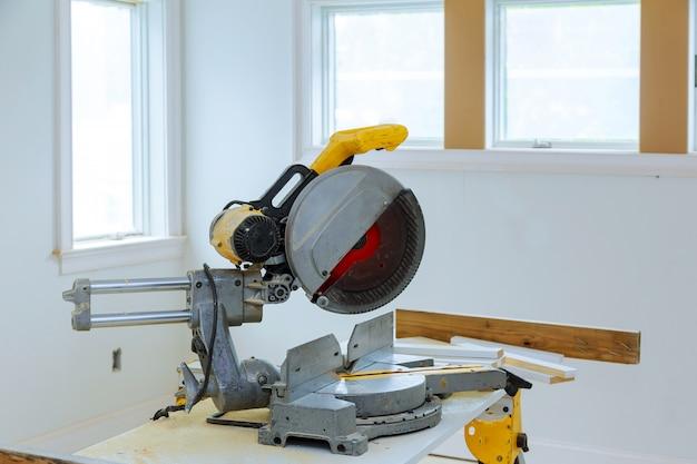 Diy-instrallationsküche der elektrischen werkzeuge und der ausrüstung am neuen haus