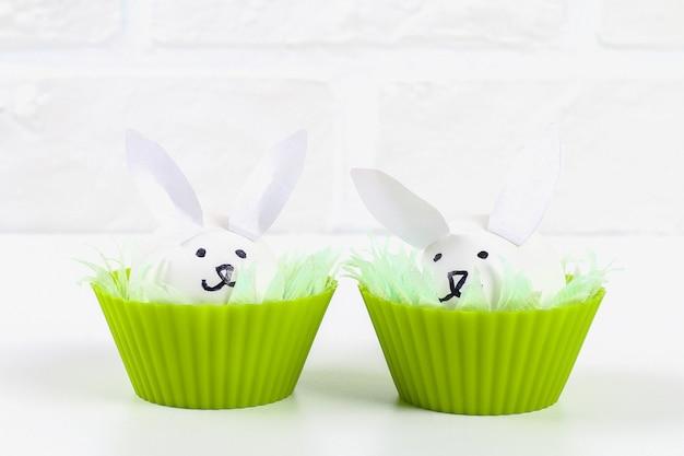 Diy kaninchen aus eiern zu ostern.