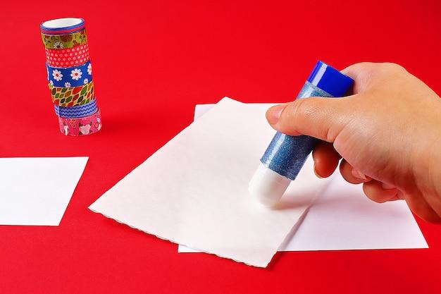Diy-karte herzlichen glückwunsch zum geburtstag. geschenk auf einer postkarte scotch