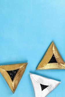 Diy kekse hamantaschen von papptellern mit süßer überraschung innen auf blau
