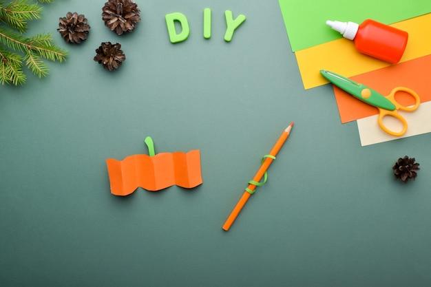 Diy mit kindern igel mit kürbis. eine grußkarte für halloween. detaillierte schritt-für-schritt-anleitung. schritt 3. den kürbis ausschneiden und falten