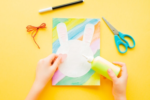 Diy osterkarte. wie man papierhasen für ostergrüße macht.