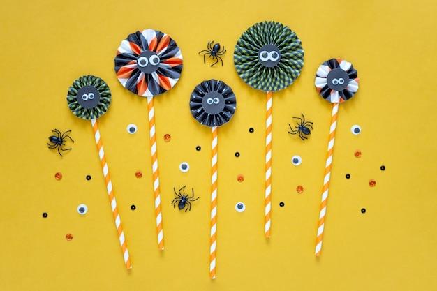 Diy papierdekorationen des glücklichen halloween-feiertagskonzeptes auf hellgelbem hintergrund