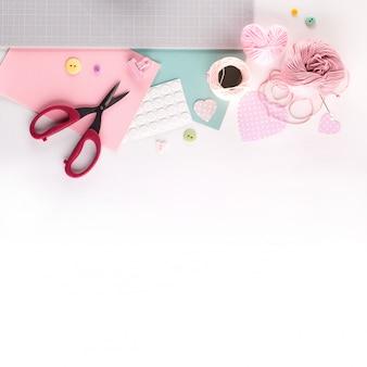 Diy projekt machen. strickdekoration. basteln sie werkzeuge und zubehör. saison nach hause valentinstag dekor.