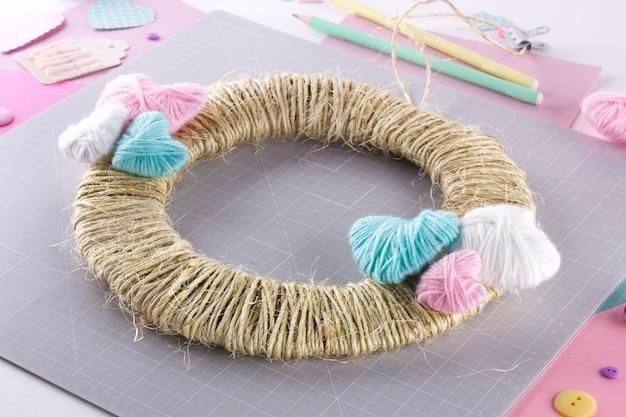 Diy projekt machen. strickdekoration. handwerkzeuge und zubehör. season home valentinstag dekor.
