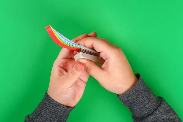 Diy-regenbogen färbte papier, grünen hintergrund der wattewolken st. patricks tages.