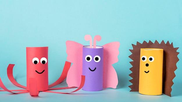 Diy und kinder kreativität. umweltfreundliches recycling aus toilettenpapierrohr wiederverwenden. kinder paper craft schmetterling, tintenfisch und igel.