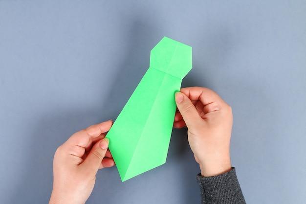 Diy weißes hemdpapier mit grüner krawatte
