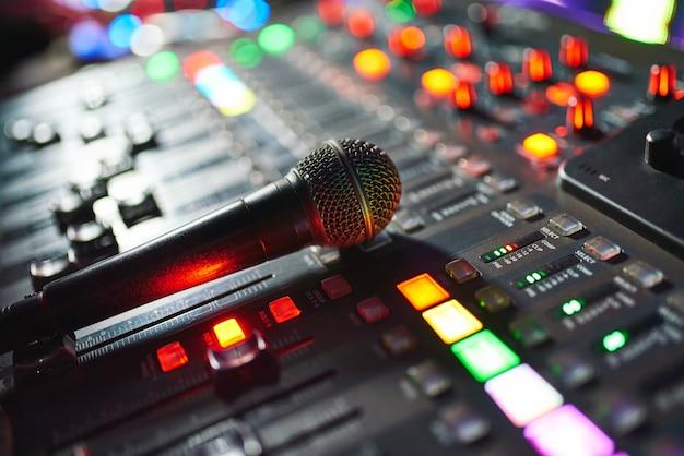 Dj-arbeit in einem nachtclub, musikclub-party, konzertausrüstung, mixer und dj-konsole. das konzept von disco, unterhaltung, urlaub. weichzeichnerbild