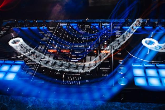 Dj controller panel an für professionelle musik und sound