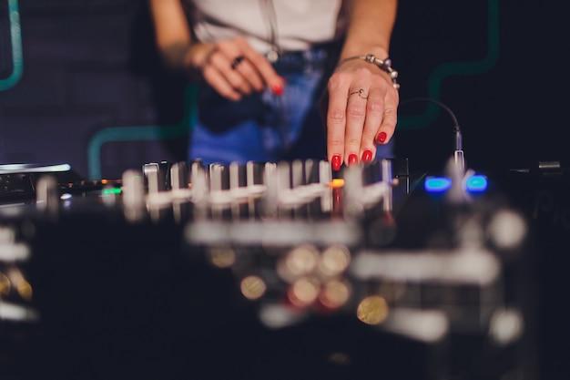 Dj im club für den remote mixer.