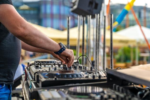 Dj mischt musik auf einer party im freien