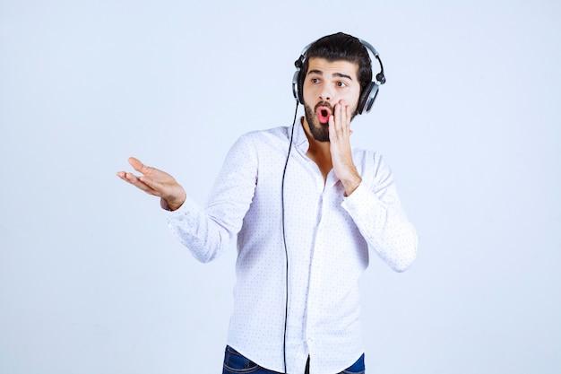 Dj mit kopfhörern stellt jemanden mit emotionen vor