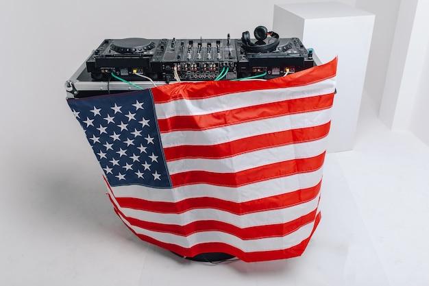Dj-mixer mit amerikanischer flagge