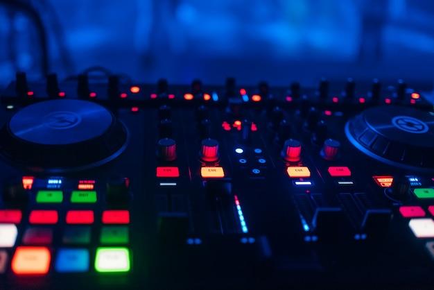 Dj-mixer zum mischen von musik und sound in einem nachtclub