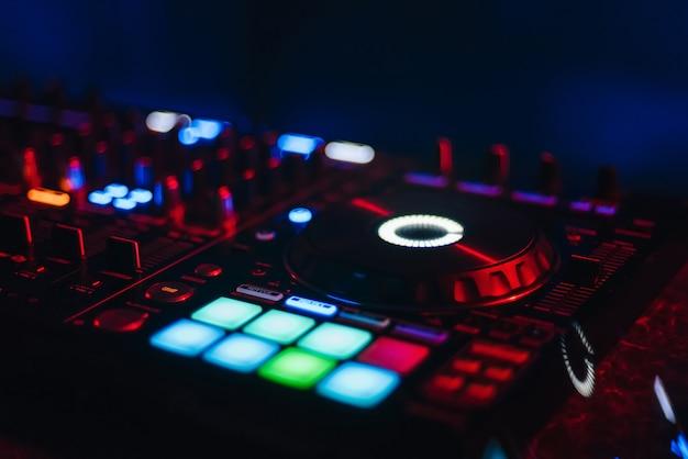 Dj-mixer zum mischen von musik und sound