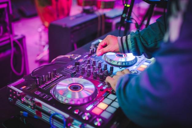 Dj mixt tracks in nachtclubs auf partys, bestes dj-spiel, berühmte cd-player in nachtclubs während der edm-party, party-ideen