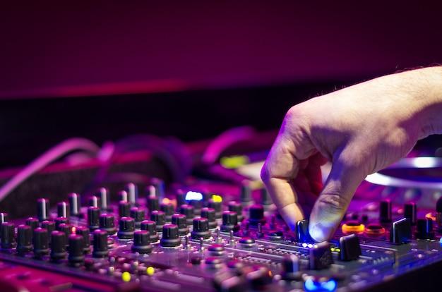 Dj musik spielen bei mixer