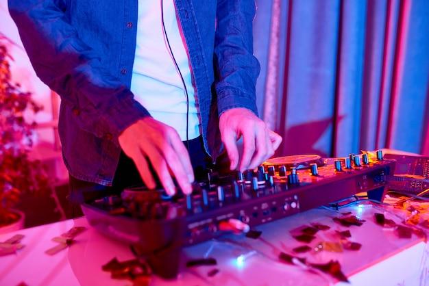 Dj musik spielen im club
