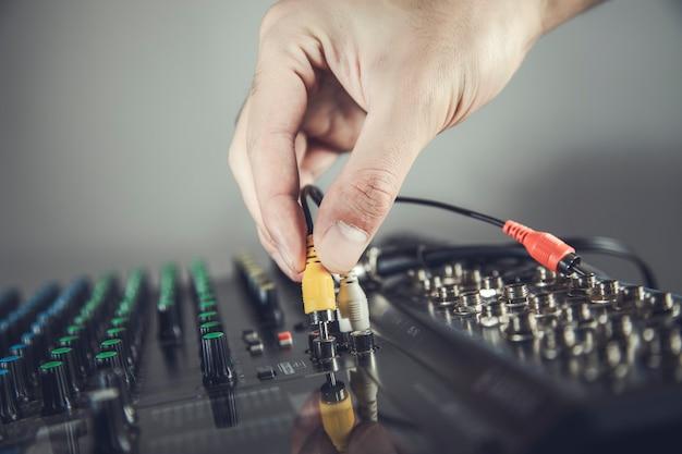 Dj spielt den track im nachtclub auf einer party