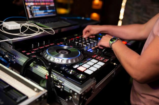 Dj spielt musik im club