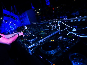 DJ spielt Musik im Live Concert Festival