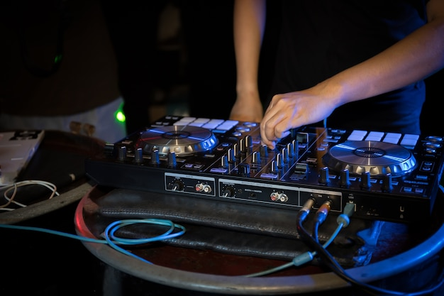 Dj spielt plattenspielermusik auf nachtclubparty