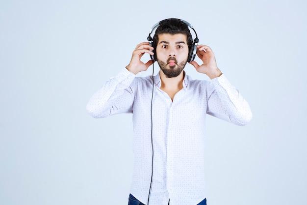 Dj trägt seine kopfhörer und hört die musik