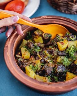 Djiz-byz traditionelles gericht leberherz kartoffelgrün seitenansicht