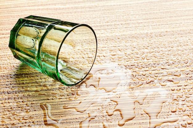 Dlass und wasser auf den tisch legen