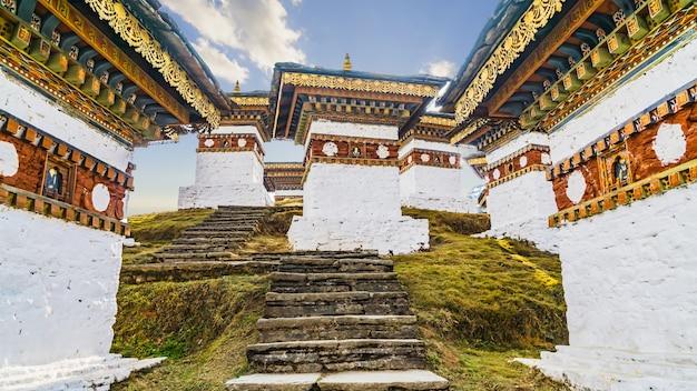 Dochula pass 108 chörten ist das denkmal der bhutanischen soldaten in der timpu stadt