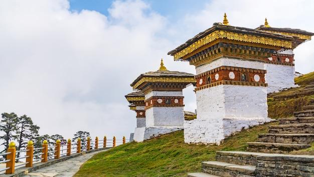 Dochula übergibt 108 chörten der bhutanischen soldaten in thimphu, bhutan