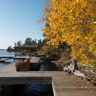 Dock am see, kenora, lake of the woods, ontario, kanada